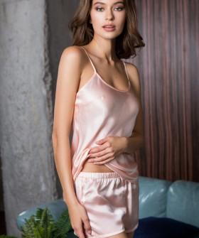 Шелковая пудровая женская пижама с шортами летняя