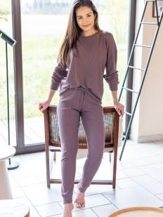 Женская трикотажная пижама сиреневого цвета: приталенные брюки и лонгслив