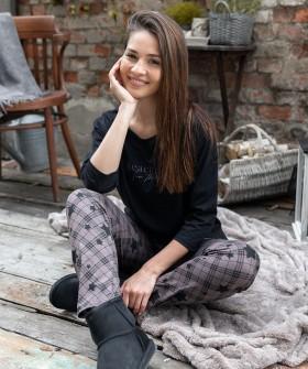 Женская пижама: черный лонгслив и клетчатые брюки со звездами