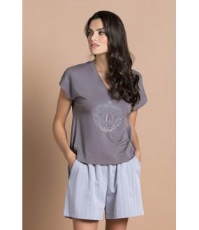 Легкая женская пижама с шортами и серой футболкой