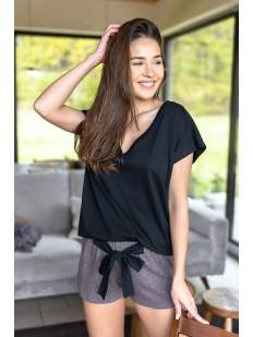 Женская пижама: шорты и футболка с широким треугольным вырезом