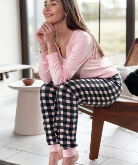Уютная розовая женская пижама с брюками в клетку