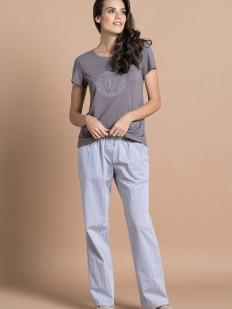 Уютная женская пижама с брюками и серой футболкой