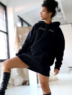 Черное уютное платье худи из плотного хлопка с капюшоном