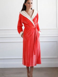Длинный телпый велюровый женский халат из хлопка яркого персикового оттенка
