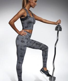 Спортивные серые леггинсы для фитнеса с принтом