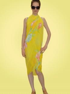 Желтое пляжное парео с нежным цветочным принтом