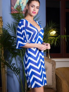 Синее пляжное платье в полоску с глубоким декольте