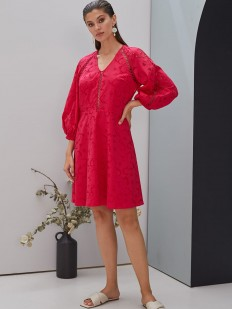 Ажурное летнее платье в цвете фуксия