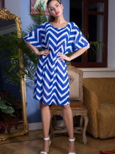 Короткое синее пляжное платье с геометрическим принтом