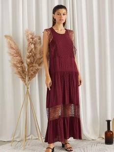 Длинное бордовое платье без рукавов из легкого материала
