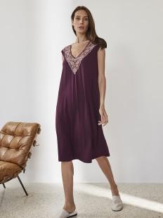 Женская ночная сорочка из вискозы свободного фасона с кружевным декольте