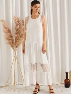 Длинное белое платье с кружевным декором