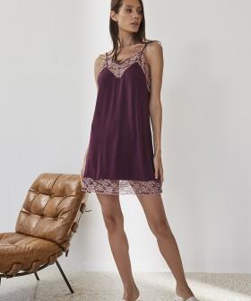 Короткая ночная сорочка из вискозы с кружевным декором