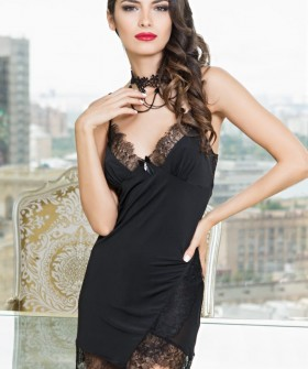 Короткая черная женская сорочка с кружевной отделкой