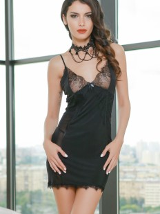 Короткая черная сорочка под платье с кружевным лифом и стразами