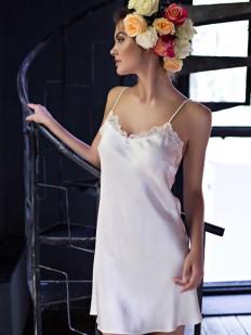 Ночная короткая сорочка из шелка на бретелях цвета шампань