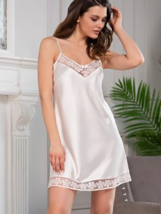 Белая атласная женская сорочка короткая на тонких бретелях с кружевной отделкой