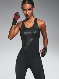 Черная спортивная майка для фитнеса с камуфляжным принтом