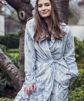 Флисовый женский халат с капюшоном и принтом