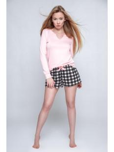 Женская пижама с клетчатыми шортами и розовой кофтой