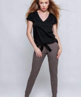 Женский пижамный комплект: коричневые брюки и черная футболка