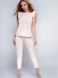 Нежно-розовая женская пижама с укороченными брюками и футболкой с воланами
