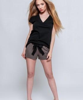 Женский пижамный комплект: коричневые шорты и черная футболка