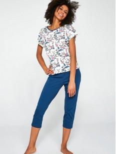 Женская пижама с синими бриджами и цветочной футболкой