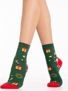 Зеленые новогодние женские носки с принтом в виде подарков и звездочек