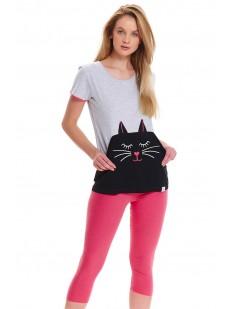Женская пижама с розовыми бриджами и футболкой с принтом кот